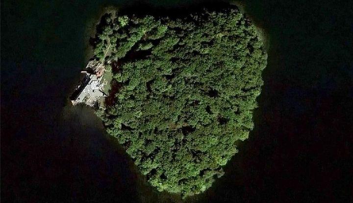 1 Petre Island - Image 1