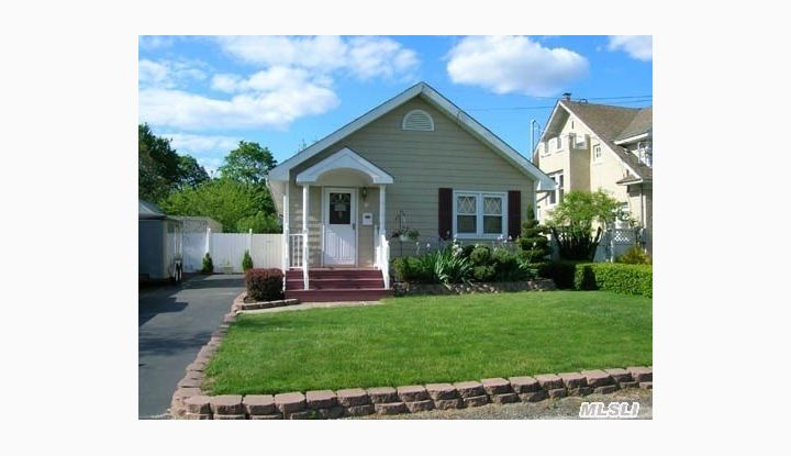 35 Roberts St Patchogue, NY - Image 1